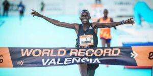 Un corredor de Kenia rompe un nuevo récord al terminar un medio maratón en menos de 58 minutos —y ganó más de 160,000 dólares en el proceso