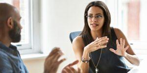 Cómo reconocer los prejuicios que enfrentan las mujeres en el trabajo y que les impiden avanzar en sus carreras