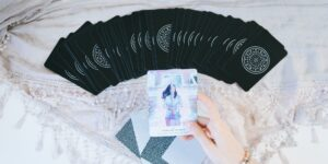 Soy una famosa tarotista y cobro 500 dólares por leer las cartas. Así convertí mi pasatiempo del tarot en una carrera de tiempo completo.