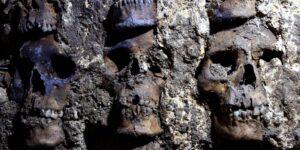 Arqueólogos del INAH hallan otra sección del altar mexica a Huitzilopochtli con torres de cráneos humanos