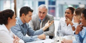 Hablar en exceso puede dañar tu carrera. Si quieres conectar genuinamente con la gente, domina «la pausa»
