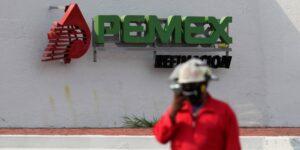 El gobierno federal reduce la deuda de Pemex a costa de sus propias finanzas —pero su calificación todavía pende de un hilo