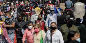Los habitantes de la Ciudad de México desafían al coronavirus y abarrotan tiendas por compras navideñas