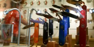 Así es como Victorinox, el principal fabricante de navajas suizas de bolsillo, crea 45,000 piezas nuevas cada día