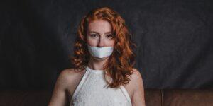 Por qué las sobrevivientes de agresión sexual esperan años para denunciar el abuso por parte de personas poderosas