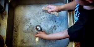Por qué Bill Gates, Jeff Bezos y otros multimillonarios prefieren lavar los platos a mano