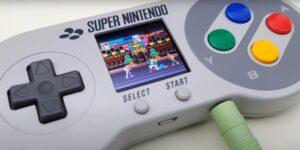 Un fan de Nintendo transforma un control de SNES en una retroconsola con pantalla portátil incluida