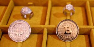 Los inversionistas está optando por Bitcoins y no por oro como activo de refugio —esto podría multiplicar su valor próximamente