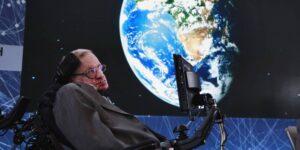 Los médicos esperaban que Stephen Hawking viviera solo unos años después de ser diagnosticado con ELA a los 21 años: esto es lo que hace la enfermedad