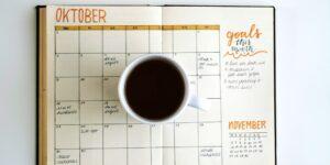Esta es la razón por la que debes escribir a mano tu calendario anual de gastos —y así lograr tener planeación y control de tu dinero