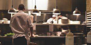 Restauranteros abren sus negocios con mayores medidas para evitar contagios —solo darán servicio al 25% de su capacidad