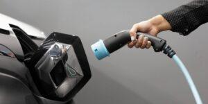 Una startup presentó una batería de auto eléctrico que puede cargarse tan rápido como llenar el tanque de gasolina