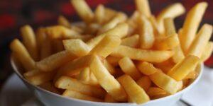 Consumir media taza de comida frita —unas papas a la francesa medianas— a la semana aumenta el riesgo de padecer una enfermedad cardiovascular, muestra un nuevo estudio