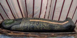 Arqueólogos egipcios desenterraron un templo funerario de 4,200 años para una reina y 50 ataúdes en una antigua ciudad de los muertos