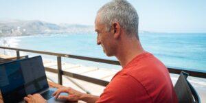 El CEO que trabaja en una playa de Canarias explica cómo trabajar de forma remota en cualquier parte del mundo