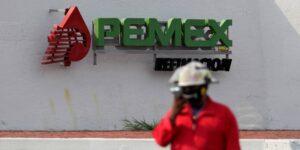 La reducción de trabajadores en Pemex pondría en riesgo la operación de refinerías, según un documento interno