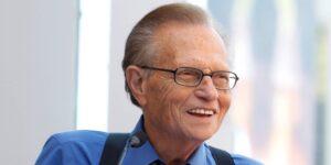 El legendario locutor y conductor estadounidense Larry King, que luchaba contra el Covid-19, muere a los 87 años