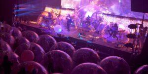 7 fotos que muestran la nueva realidad de los conciertos —con burbujas inflables, The Flaming Lips regresan a tocar en vivo