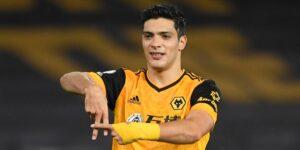 Raúl Jiménez se recupera de una fractura de cráneo y regresaría a las canchas esta temporada, de acuerdo con su entrenador