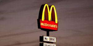 Confinamientos en Europa golpean las ganancias del imperio de las hamburguesas McDonald's