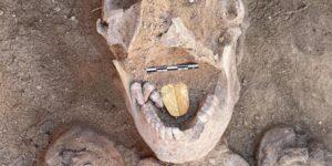 Arqueólogos descubren una momia egipcia con una lengua dorada enterrada en el templo Taposiris Magna