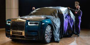 Este Rolls-Royce Phantom personalizado cuenta con 3,000 plumas relucientes y un reloj de nácar —mira el interior