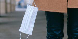 Investigadores australianos reciclan cubrebocas para crear carreteras y evitar la contaminación