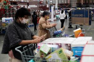 Los bancos prestan menos a las tarjetas de crédito —el financiamiento al consumo reporta 8 meses a la baja