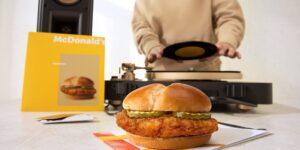 McDonald's lanza su hamburguesa de pollo acompañada de una sudadera y un disco de vinilo de edición limitada