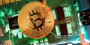 Bitcoin se desplomó 17% pero los mineros de criptodivisas han ganado más de 1,000 millones de dólares en un mes. Esta es su historia.