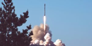 Una joven de 29 años que sobrevivió al cáncer cuando era niña fue seleccionada para volar al espacio a bordo del cohete de SpaceX