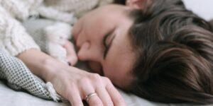 El motivo biológico por el que alterar los patrones de sueño puede llevarte a desarrollar depresión, irritabilidad y mal humor