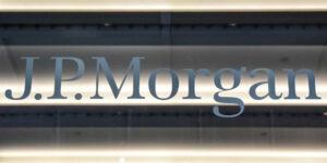 JPMorgan es el banco más grande de Estados Unidos y dejará de ofrecer servicios a clientes de altos ingresos en México; refiere clientes a BBVA
