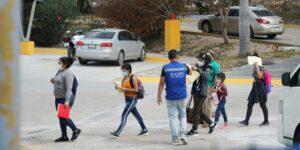 Tras una larga espera, se derrumba la política migratoria de Donald Trump que obligaba a los migrantes a permanecer en la frontera con México