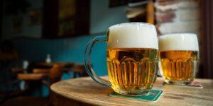 El hábito de comprar cerveza en línea se mantendrá entre los consumidores incluso después de la pandemia, según CEO de Anheuser-Busch InBev
