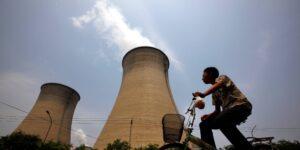Las emisiones globales de CO2 cayeron 5.8% en 2020, pero están aumentando aceleradamente, advierte la AIE