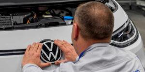 Volkswagen se impondrá a Tesla en el mercado de autos eléctricos, dice el legendario inversionista de «La Gran Apuesta»
