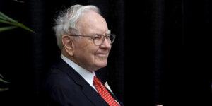 La fortuna de Warren Buffet supera los 100,000 millones de dólares —pero no es la persona más rica del mundo por sus donaciones a caridad