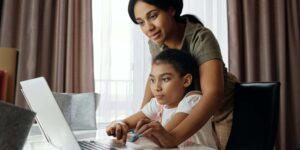 Estudiantes de clases en línea están estresados y se sienten menos conectados con profesores y compañeros