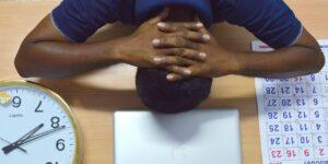 Por qué procrastinar puede derivar en problemas de salud mental y 5 consejos para dejar de hacerlo, según varios expertos