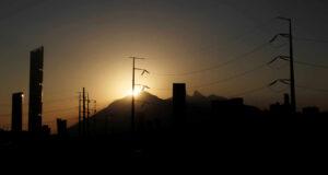 Juez paraliza indefinidamente la reforma a la industria eléctrica; AMLO dice que controversia se resolverá en la SCJN