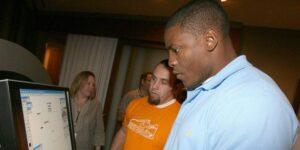 """El exjugador de la NFL Adewale Ogunleye cree que la """"culpa del sobreviviente"""" lleva a los atletas a administrar mal su dinero, por lo que se convirtió en ejecutivo de finanzas"""