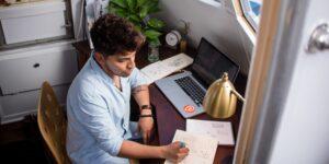 Una ejecutiva de Facebook comparte 4 estrategias para mejorar la comunicación y el compañerismo en tiempos de home office