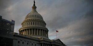 El Capitolio de Estados Unidos está en aislamiento por una «amenaza externa a la seguridad» —se reportan dos policías y un sospechoso hospitalizado