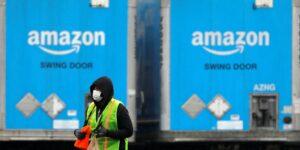 Soy un repartidor de Amazon que ha tenido que orinar en botellas de agua y comer en mi furgoneta: así era mi día a día
