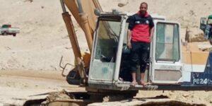 El conductor de la excavadora del canal de Suez dice que durmió 3 horas al día y que nadie le ha pagado aún las horas extras por intentar desencallar el Ever Given