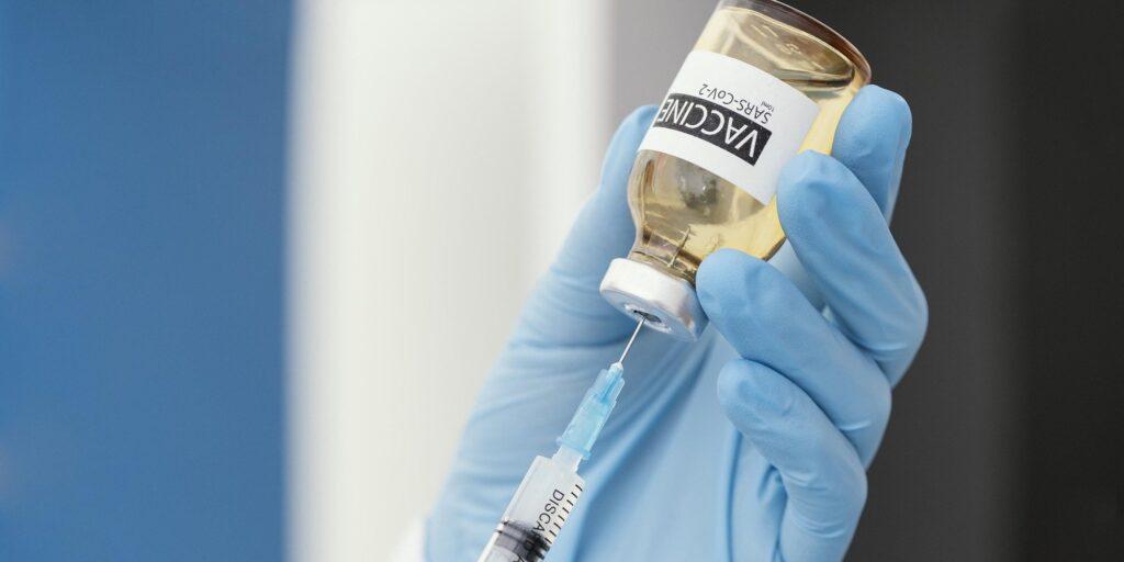 Organismos de salud vigilan la vacuna de J&J por posibles coágulos   Business Insider Mexico