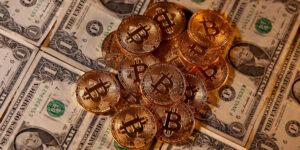 Bitcoin sube a 63,000 dólares ante la expectativa de que la plataforma de criptomonedas Coinbase se lance en bolsa