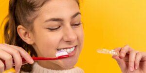 7 formas naturales de blanquear los dientes y prevenir las manchas en casa