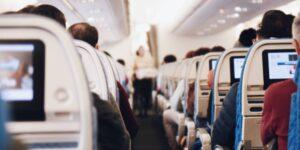 Dejar vacío el asiento de en medio en los aviones puede reducir la exposición al Covid-19 hasta en 57%, según el CDC